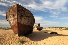 Boten in woestijn rond het overzees van Moynaq - Aral of Aral meer - Oezbekistan - Azië royalty-vrije stock afbeelding