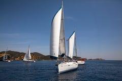 Botenconcurrenten tijdens van varend regattazeil stock fotografie
