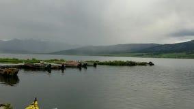 Botenhuis en boten bij het meer in Idaho, de V.S. stock video