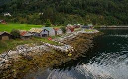 Botenhuizen op de kust van Noorse fjord royalty-vrije stock foto