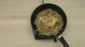 Boter die op een hete pan smelten stock videobeelden