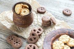 Boter en chocoladeschilferkoekjes op de houten achtergrond Royalty-vrije Stock Fotografie