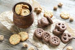 Boter en chocoladeschilferkoekjes op de houten achtergrond Stock Foto