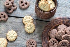 Boter en chocoladeschilferkoekjes op de houten achtergrond Stock Foto's