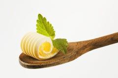 Boter krul op een houten lepel Royalty-vrije Stock Foto