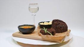 Boter op witte plaat met mes en brood Stock Foto