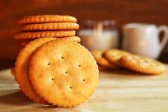Boter van de koekjescracker en melk opstelling op houten achtergrond Stock Afbeelding