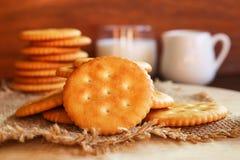 Boter van de koekjescracker en melk opstelling op houten achtergrond Royalty-vrije Stock Foto's
