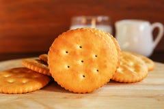 Boter van de koekjescracker en melk opstelling op houten achtergrond Stock Afbeeldingen