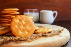 Boter van de koekjescracker en melk opstelling op houten achtergrond Royalty-vrije Stock Afbeelding