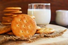 Boter van de koekjescracker en melk opstelling op houten achtergrond Royalty-vrije Stock Foto