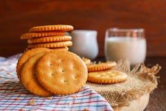 Boter van de koekjescracker en melk opstelling op servet en houten bac Royalty-vrije Stock Afbeeldingen