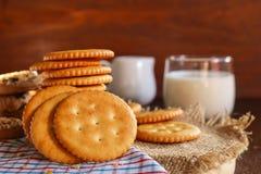 Boter van de koekjescracker en melk opstelling op servet en houten bac Royalty-vrije Stock Foto's