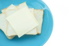 Boterham met kaas op blauwe plaat met witte achtergrond Royalty-vrije Stock Afbeelding
