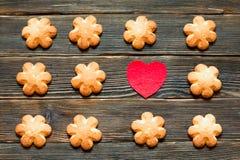 Boterkoekjes bruine kleur in de vorm van een bloem op donkere bedelaars Royalty-vrije Stock Foto's