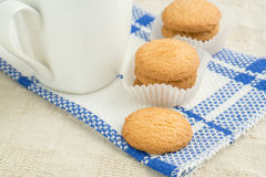 Boterkoekjes en een koffiemok Stock Foto