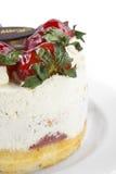boterroomcake met aardbei & de plaat van de verjaardagschocolade Stock Afbeeldingen