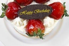 boterroomcake met aardbei & de plaat van de verjaardagschocolade Stock Afbeelding
