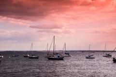 botes amarrados no mar Foto de Stock