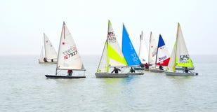 Botes coloridos da navigação junto no Suffolk Inglaterra de Felixstowe Foto de Stock