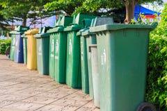 Botes de basura en fila imagen de archivo libre de regalías