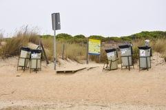 Botes de basura en una playa Imagen de archivo libre de regalías