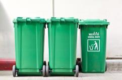 Botes de basura verdes grandes Fotografía de archivo