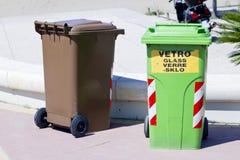 Botes de basura y envases para la separación de la basura Imagen de archivo