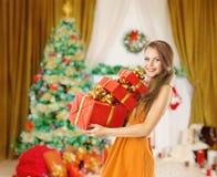 Boîtes de cadeaux de cadeaux de Noël de femme, vacances Girl modèle Photographie stock libre de droits