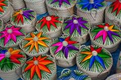 Boîtes de paille sur le marché dans Chichicastenango Images stock