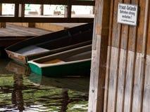 Botes de remos de madera en muelle Fotografía de archivo libre de regalías
