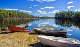 Botes de remos en la costa sueca del lago Fotografía de archivo