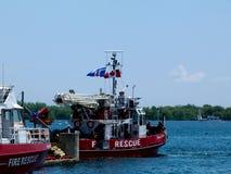 Botes de salvamento del fuego rojo en el lago Ontario en Toronto fotos de archivo libres de regalías