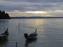 Botes e o mar calmo no céu da manhã Imagem de Stock