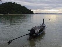Botes e o mar calmo no céu da manhã Fotos de Stock Royalty Free