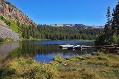 Botes em um lago da montanha imagens de stock royalty free