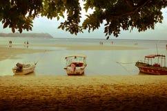 Botes em uma praia foto de stock royalty free