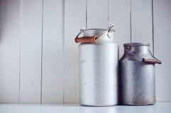 Boîtes en aluminium de lait de vintage Images libres de droits
