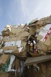 Boîtes en carton dans l'entrepôt de ferraille Photos stock