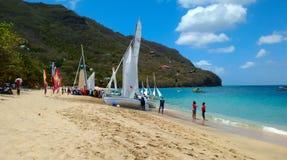 Botes mano-construidos tradicionales que esperan para competir en una raza anual en las islas de barlovento Imagen de archivo libre de regalías