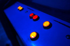 Botões para selecionar um ou dois jogadores em uma arcada velha Imagens de Stock