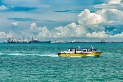 Botes patrulla en Singapur fotografía de archivo libre de regalías