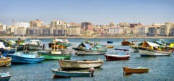 Botes pequeños asegurados en Alexandría, Egipto Fotos de archivo