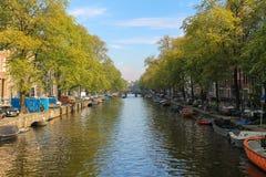 Botes pequeños en el canal de Amsterdam, los Países Bajos fotos de archivo