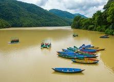 Botes pequeños en el lago Phewa en Pokhara fotos de archivo libres de regalías