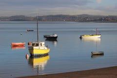 Botes pequeños en la alta marea, Morecambe, Lancashire Fotografía de archivo