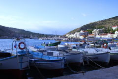 Botes pequeños en la bahía Fotos de archivo