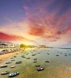 Botes pequeños en la playa de Caleta de Cádiz en la salida del sol Fotos de archivo libres de regalías