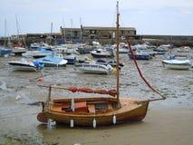 Botes pequeños en puerto durante la bajamar foto de archivo libre de regalías