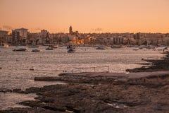 Botes pequeños en puerto en la puesta del sol imagen de archivo